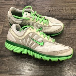 Nike Sneakers • Hard to find! 💚